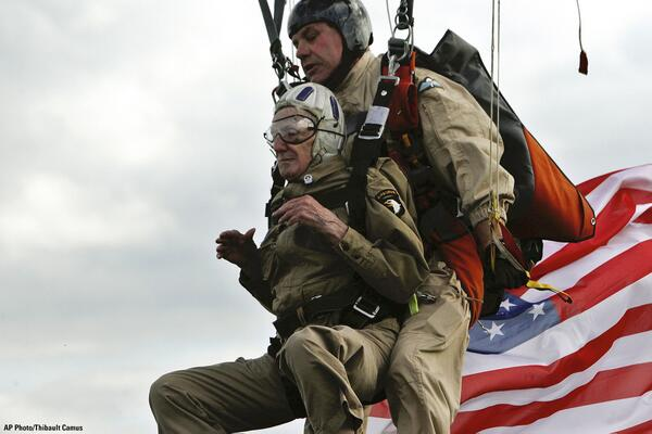 93-year-old US #WWII vet Jim Martin completes a tandem parachute jump on Utah Beach in western France for #DDay70 http://t.co/jcJ00hYIU5
