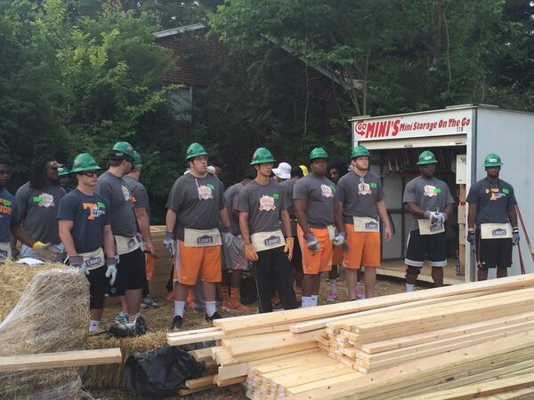 VFL's Up early Vols start HABITAT 4 HUMANITY house this am. Vols giving back, being Champions in the Community! http://t.co/VkR1DUzch5