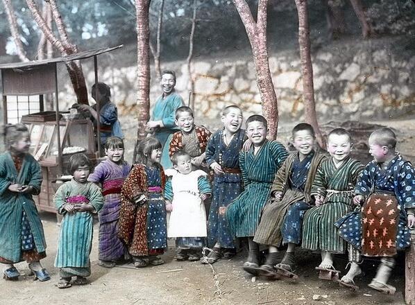 子供達の天国だった昔の日本。この国の子供達は親切に取扱われるばかりでなく、他のいずれの国の子供達よりも多くの自由を持ち、その自由を濫用することはより少なく、気持のよい経験の、より多くの変化を持っている。  日本その日その日 ESモース http://t.co/FtSjIon47z