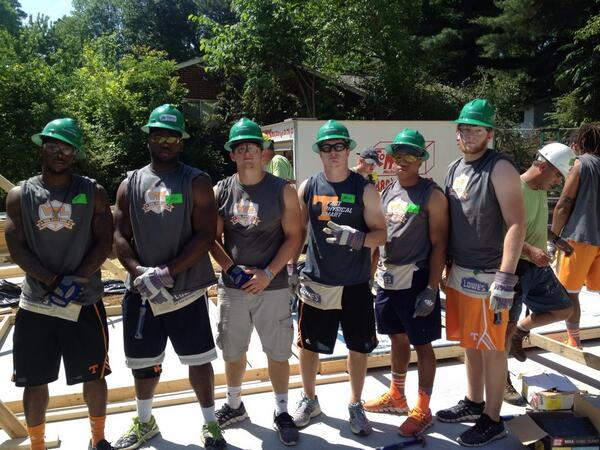 #Team118 giving back to the community building a new home for @KnoxHabitat #Community #Volunteers http://t.co/YoiRlGb9n2