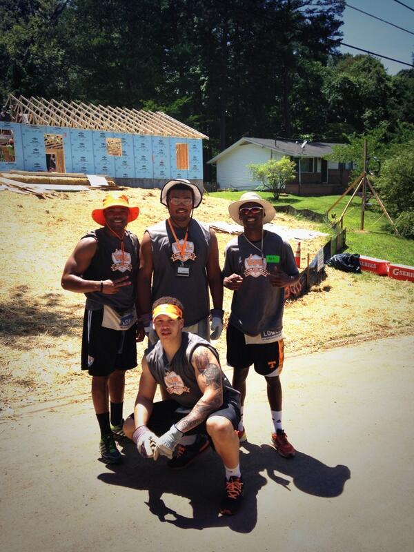 Building houses for Habitat for Humanity with my bro's #Blessed2Bless @dbarnett25 @ToddKellyJr6 @Talent_52 #VFL🍊🙏👆 http://t.co/8jy3tL771H