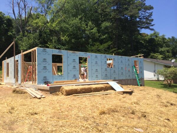 More photos from today's HABITAT home build by the Vols. Great work guys!!#Nailbynail http://t.co/hYClz8R4ur