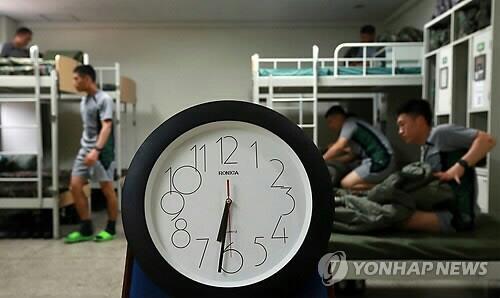 육군 장병 일과시작 시간이 오전 9시로 조정된다고 합니다!▶http://t.co/CUzu6Xmysj(10월 1일부 전 부대 적용) 제일 좋은 건 아무래도 기상시간이 좀 늦춰지는거 아닐까요? ^-^;; http://t.co/xaaXjYUxsr