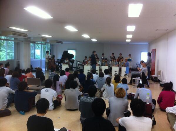 昨日はNYTCメンバーで大阪大学軽音楽学部SWINGのクリニックでした。 ディブさんのクリニックはとてもわかりやすく、それ自体がライブパフォーマンスのようです。 バンドがどんどんアンサンブルするのには、毎回びっくりさせられます。 http://t.co/6patsbGacU