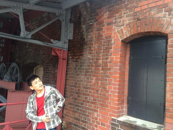 イベントの合間に 赤レンガ倉庫のバルコニーで アナ雪を口遊みながら くつろぐ森田成一。  声のドリームデュエットで 森田くんが歌っているのは 美女と野獣です。