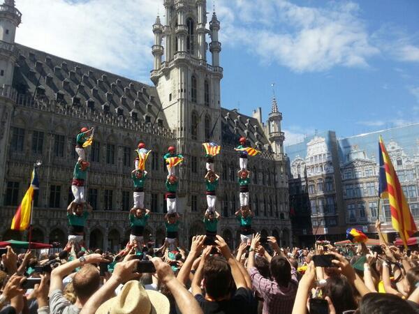 Els @Verds acaben a Brussel·les amb 5 pilars i estelades! Gran actuació! Enhorabona a tots! #CatalansWantToVote http://t.co/Mf9ToX0d7B