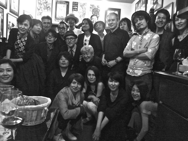 6月6日の高橋幸宏氏の誕生パーティ、見事にサプライズ。ご本人は後ろ向いてテーブルに座って友人数人と談笑中に、たくさん人が集まり、結果お店は貸し切りであったのだ。20分は気付かなかった。おめでとうございました。数ヶ月の同い年です。k1 http://t.co/VH8p0C5xYC