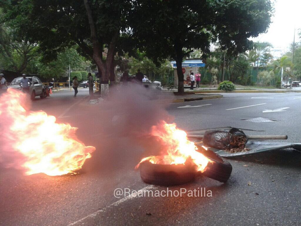 Barricadas quitan y ponen en El Cafetal (FOTOS)