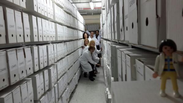 Archiplaymobil disparando su ya tradicional #archiveshelfie  Archivo Central Educación #orgulloarchivero #acalDia http://t.co/MEoHCD3DUe