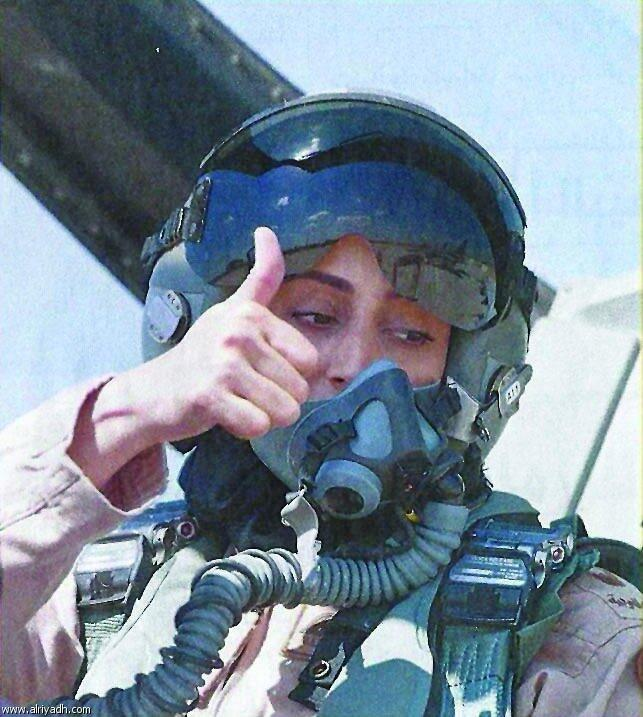 بالصور.. مريم المنصورى أول طيار امرأة فى القوات الجوية الإماراتية Bpt5bFlCUAAIDW0