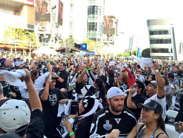 LOS ANGELES GOOOAAALLLL!!! #Carter #GoKingsGo 1st lead of the series!!! http://t.co/okiOUMTnIf