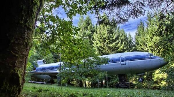 this Boeing 727 is wedged in the Oregon woods because.. a man LIVES in it: http://t.co/tFHZaYTJ5r via @theblaze http://t.co/gfGo5Og6Hq