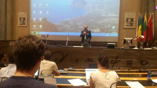 "#EISSJ2014 Empieza!! Co director Umberto Dosselli da la bienvenida al curso sobre ""El Mundo Digital"" http://t.co/ltO5l3Bm03"
