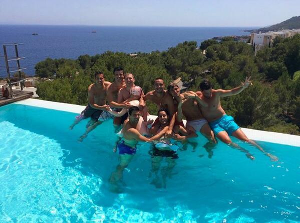 Pendant ce temps-là, Novak #Djokovic enterre sa vie de garçon à Ibiza ! http://t.co/SM2UiU1p2Q