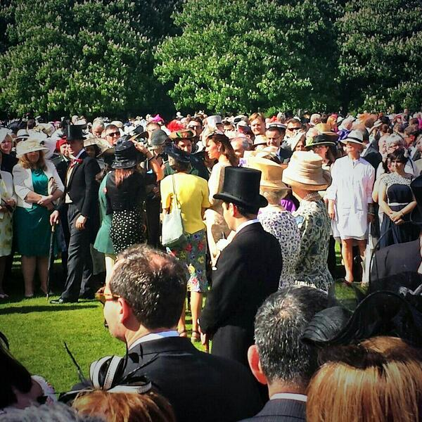 Queen and Kate spotted #gardenparty http://t.co/OOEqXWrdzm