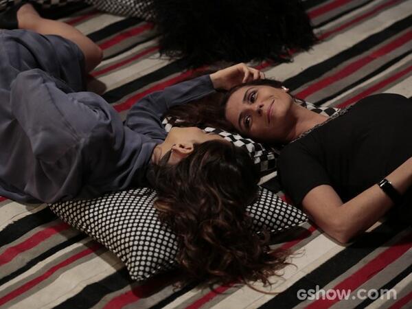 A relação de Marina e Clara está cada vez mais intensa e, num clima de total intimidade. #EmFamília http://t.co/DtMFgyhBMw