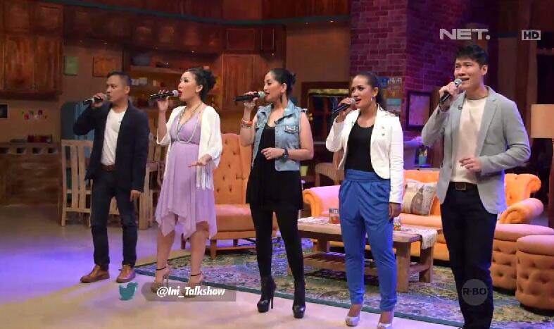 Yuhu... @Ini_Talkshow malam ini dibuka sama penampilan grup vokal Warna. Selamat menyaksikan... http://t.co/mjMxwCkPl3