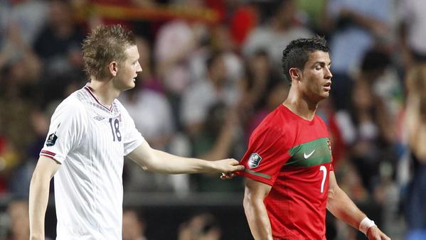 Klassiske fotballøyeblikk: Huseklepp spør om å få bytte trøye med Ronaldo, men Ronaldo sier nei. http://t.co/mqRwW0bje9