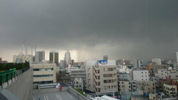 気象庁の情報によると、東京地方では24日昼前から夜遅くにかけて、上空の強い寒気の影響で大気の状態が非常に不安定になるそうです。落雷や竜巻などの激しい突風、降ひょう急な強い雨に注意してください。写真は墨田区から葛飾区方面の現在の状況 pic.twitter.com/U8Ue5KfVD8