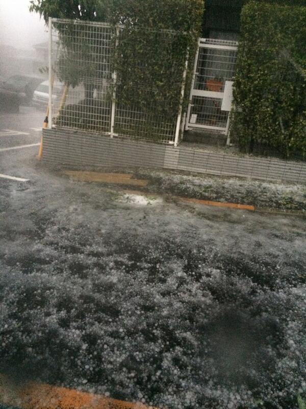 こんな雹は中々体験できない。。。 pic.twitter.com/MLNF6RLZ1O