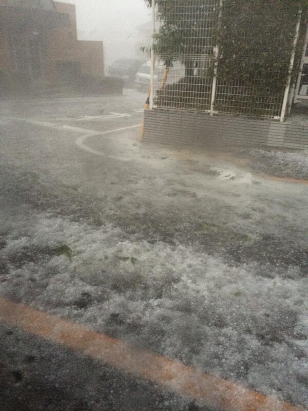 雹がまだまだ、車の窓が割れそうです。。。 pic.twitter.com/zC96zg7x6Y