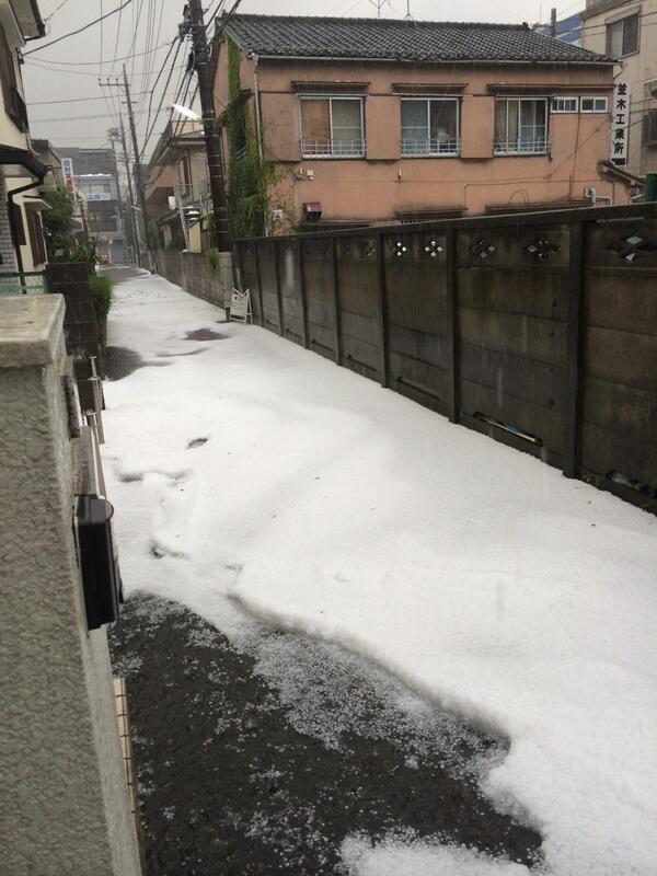 降り続いた雹が積もってすごい状態に。これ、雪じゃないんですよ。流れているのは氷です。 pic.twitter.com/UsKyLXdEO2