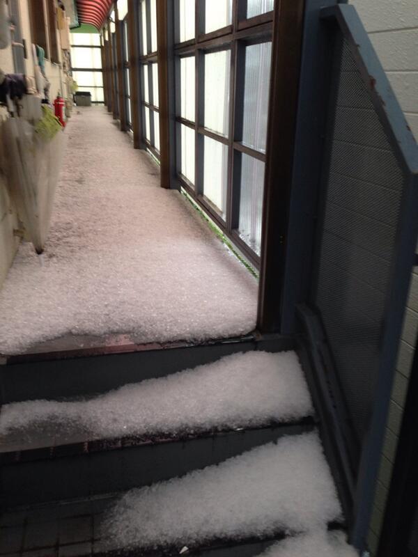 雹が降った証拠。っていうか上に屋根あるのに、、かなり横なぐりに降ったんだな。 http://t.co/iot7uwWqHc