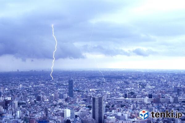 都心部でも午後3時すぎから強い雨と激しい雷に見舞われた地域がありました。まだ大気の不安定な状態が続いています。引き続きご注意ください。 @tenkijp pic.twitter.com/f3CJiIMCLH