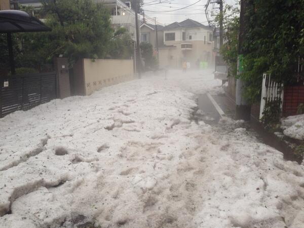 水は引いたけど、大量の氷で冷気がすごい pic.twitter.com/qCV8KBeueD