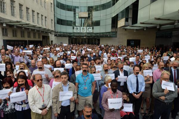 صحفيو البي بي سي يتضامنون مع صحفيي الجزيرة المحكوم عليهم بالسجن في #مصر. #JournalismIsNotaCrime #FreeAjStaff http://t.co/8ECh8isKTU