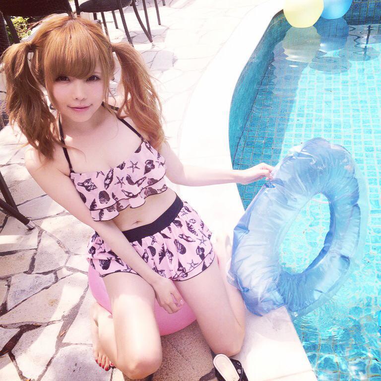 ツインテールで水着姿の可愛い益若つばさ