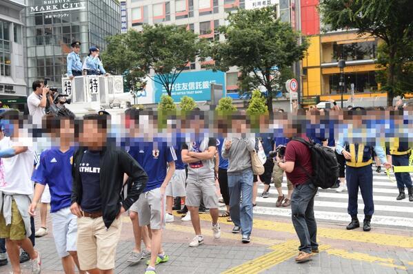 あまりの惨敗にショックを受けたのかお行儀よくスクランブル交差点を渡る日本代表サポ http://t.co/TLicASVX45