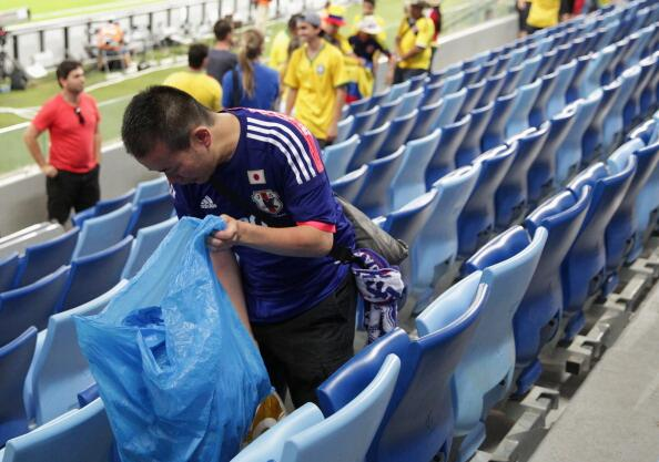 Japanese Football fans cleaning the stadium after #JPN vs #COL match in #WorldCup. Respect for Japan's fans. http://t.co/UeEtnLJ5Ye