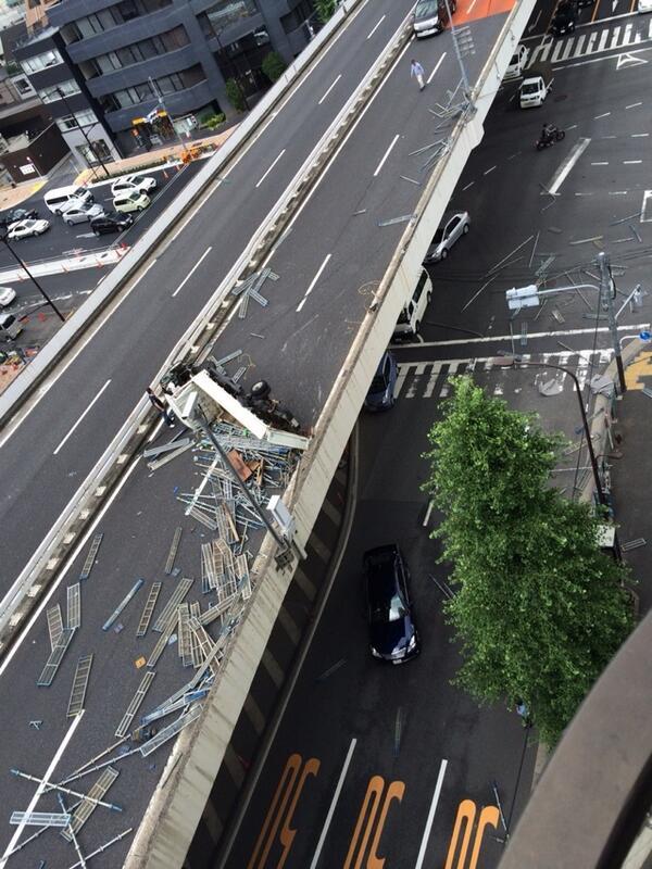 首都高でトラック横転。積荷の鉄骨が下の道路まで散乱((((;゚Д゚))))))) pic.twitter.com/tJ28oX7968