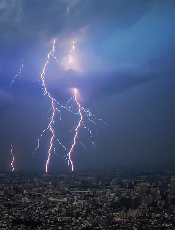 本日午後、東京は昨日に続き雷雨に。多数の稲妻が走りました。 pic.twitter.com/ihMZUnEHxj