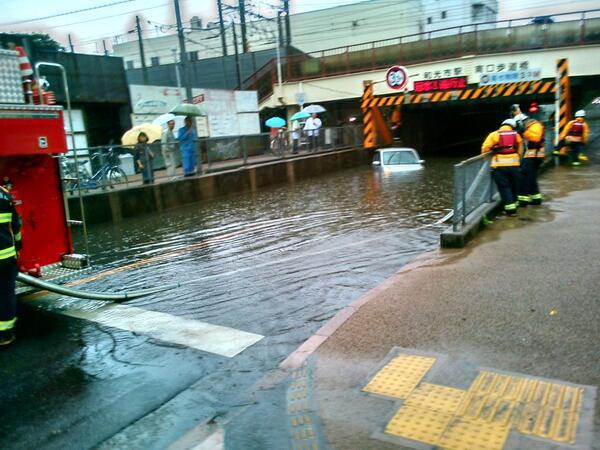 和光市駅の西側をくぐる道は冠水して通れません。 pic.twitter.com/fxrlElwIxg