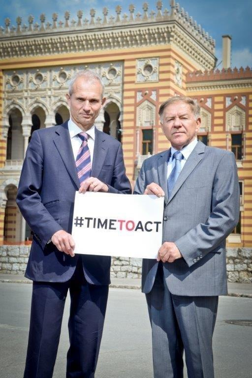 UK Minister for Europe @DLidington and Mayor of #sarajevo jointly send #TimeToAct message from #BIH #Vijecnica http://t.co/0zgWUAzKVz