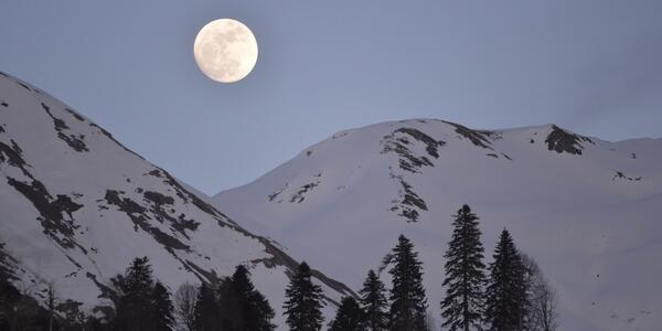 Today is Friday the 13th and it's a full moon. That won't happen again until 2049 http://t.co/toPef9mAKY http://t.co/eBUNJNiyhB