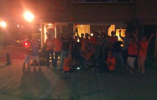 Voor het huis waar Stefan de Vrij geboren en getogen is wordt flink feest gevierd in #Ouderkerk!! Hij scoorde de 1-3! http://t.co/r6zGf8UIXd