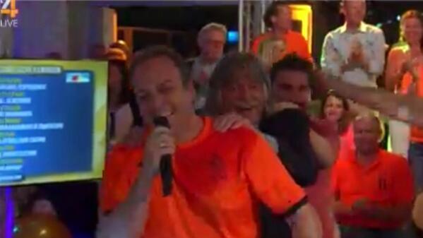 Johan Derksen samen met @fransbauer_ in de polonaise in #VIOranje! #hebjeevenvoormij #spaned #wk2014 http://t.co/clnB4icwSv