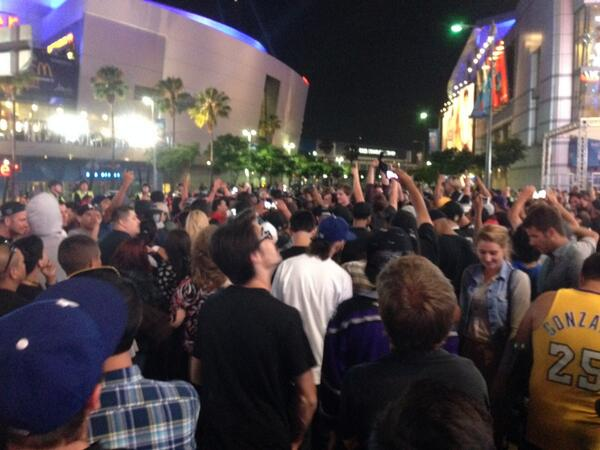 Kings fans celebrating outside Staples Center. A few firecrackers but mostly peaceful. http://t.co/AuI2zRxgmA