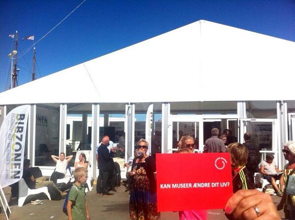 Har muséerne et socialt ansvar? Debat på folkemødet mellem museumsfolk og kulturpolitikere. Kl. 13-14 #fmdk #bibzonen http://t.co/kCFyc4mfAb