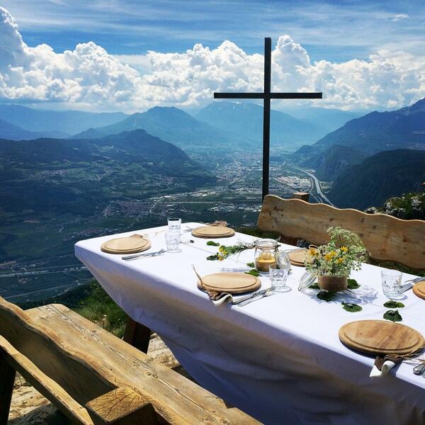 Oggi si pranza qui: spettacolare vista sulla valle dell'Adige, #trentino #paganelladaurlo http://t.co/7hHEZsweq5