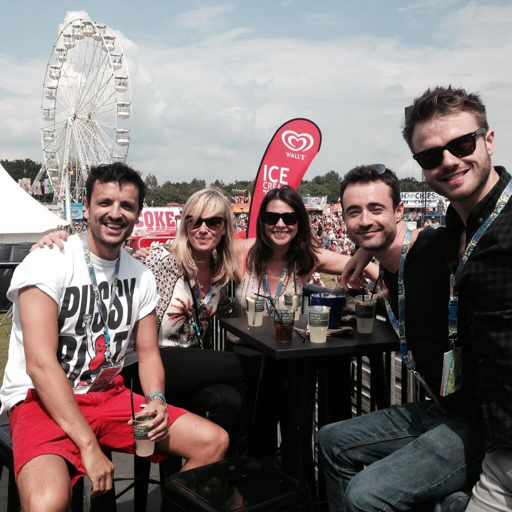 RT @carolinemonk: Having fun in the sun  @mouthwaite @realjuliegraham @ronan_raftery @MrJoeMcFadden @JohnGiddings01 @IsleOfWightFest http:/…