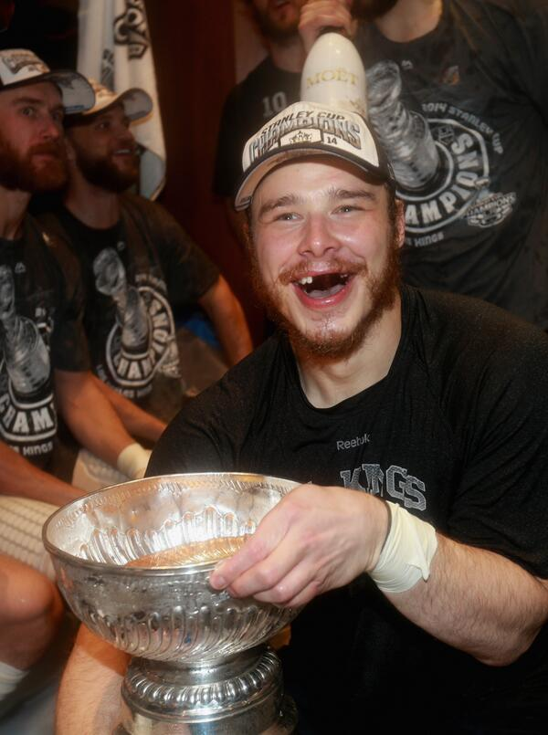 Now THIS is a great hockey photo moment. RT @LAKings: Our Captain http://t.co/2mwuhSvqQ0