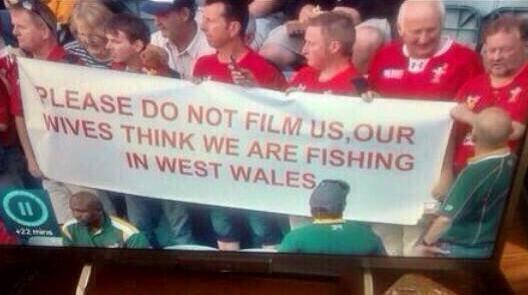 これは大爆笑。釣りにしては遠いな(w「嫁さんたちには、みんなで西ウェールズに釣りに行っていると行っているので、僕らを写さないでください」 http://t.co/fK9yucecdN