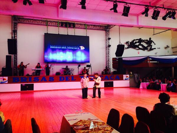 페루 전통공연 보러왔는데 이곳에서 7년 일했다는 청소부 분이 생일이라고 무대로 불러 수백명의 관중과 함께 축하해준다. 왜 이걸 보는데 눈물이 나지.... http://t.co/CPKPHDNk4H