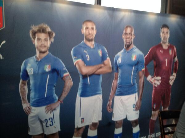 They're warming up for Forza Azurri at The Parlor in Hollywood. Italy vs. England. #StartBelieving http://t.co/5rRhbaXFWh