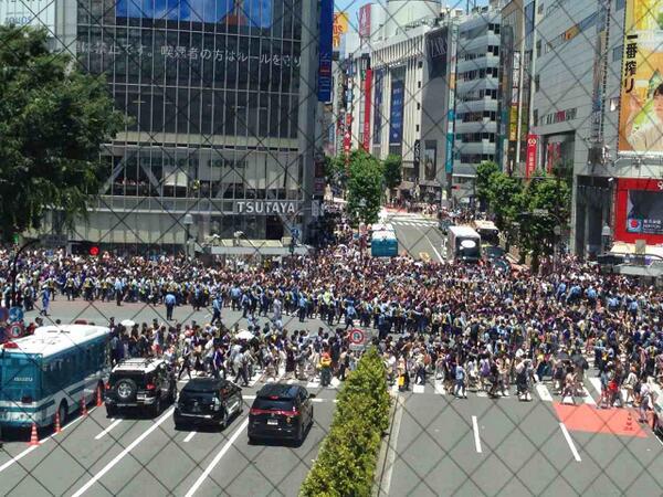 現在の渋谷スクランブル交差点 http://t.co/6WZQEWvGUO