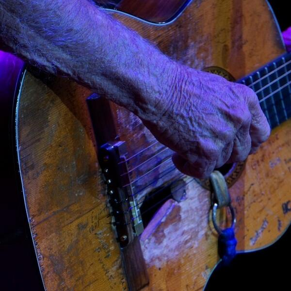10,000 shows and 43 years together, Willie Nelson and his Martin N-20. Long may you run. http://t.co/SiQ6E1Fu1Z